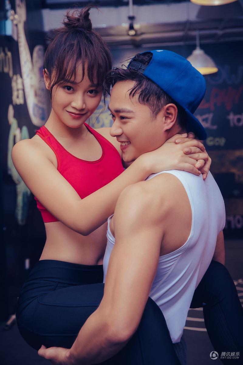 12月9日,曹駿和藍盈瑩通過微博正式公開戀情并曝光了一組甜蜜的雙人圖片