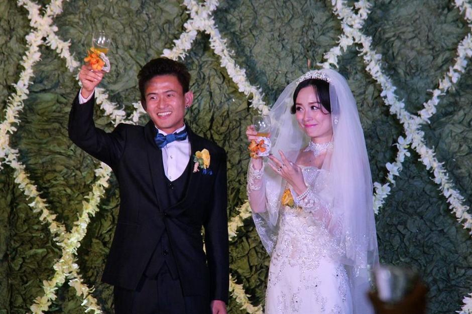 武汉卓尔队中场大将姚翰林走进婚礼殿堂,迎娶美丽娇妻李佩.